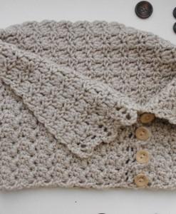 Детски плетен шал с копчета