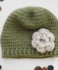 Детска плетена шапка с цвете