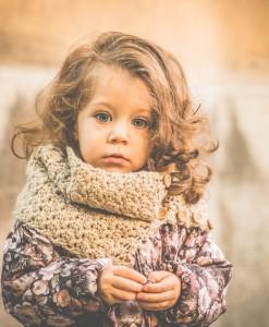 Детски плетен шал екрю