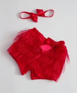 Червени бебешки панталонки в червено с декорация от нежен тюл. За красива коледна фотосесия на малките бебки.