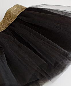 пола от черен тюл със златен колан