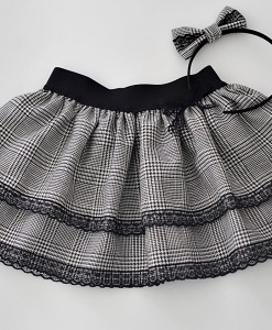 Детска пола черно и бяло каре и дантела