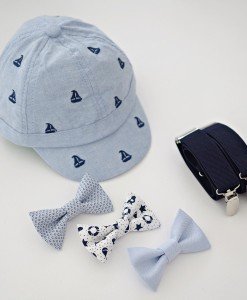 светлосиня шапка за момче с тиранти и папионка